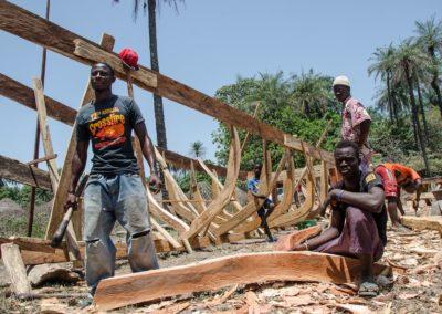 Pirogue en construction dans forêt de Lautchande, Parc National de Canthanez- Guine Bissau