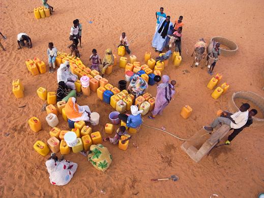 Les villageois font la queue devant le puits, Regba 1